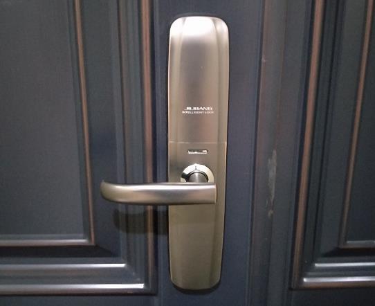 领秀城业主安装久邦智能锁自动滑盖款指纹密码锁