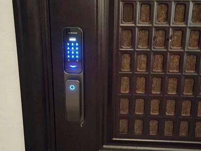 物华国际业主安装久邦智能锁X 10全自动指纹锁密码锁
