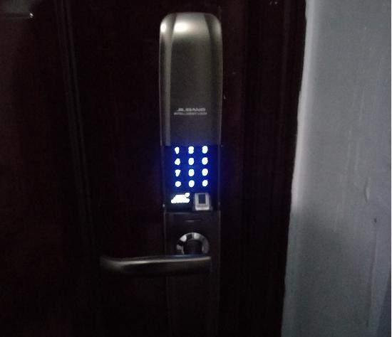 绿景花园业主安装久邦智能锁自动滑盖指纹锁密码锁